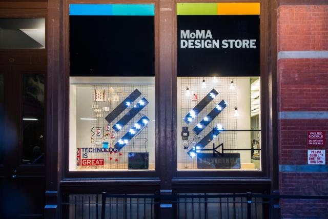 Cubetto va al MoMA. Un prototipo di Cubetto esposto al MoMA nell'agosto del 2015.