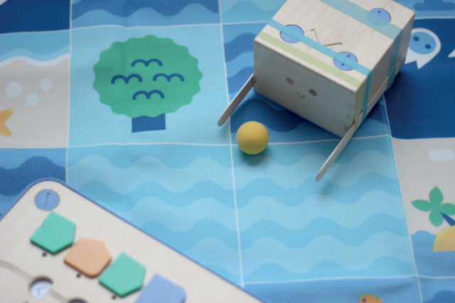 Give educational wooden robot Cubetto Arms